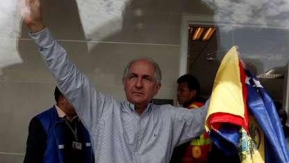 No se sabe cómo Ledezma (62) pudo huir de su casa rodeada de guardias. Aquí, saluda victorioso en el aeropuerto de Bogotá.