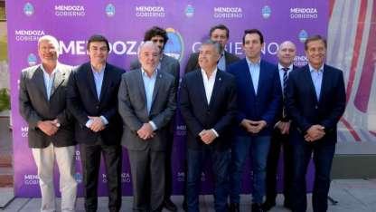 Los intendentes de Guaymallén (Iglesias), Luján (De Marchi), Godoy Cruz ( García Zalazar) y Capital (Suárez) rodean a Mingorance y Cornejo.