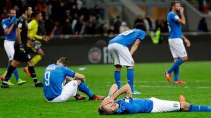 Los jugadores italianos, descorazonados, lloran tras el empate 0-0 que los dejó fuera de Rusia.