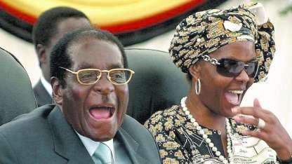 Robert Mugabe, dictador depuesto, aquí con su esposa. Fue amigo de Hugo Chávez.