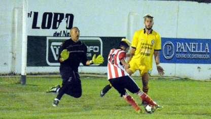 El Gorrión vuela para taparle un remate a un rival en la Liga Rivadaviense. Walter mostró estar intacto.