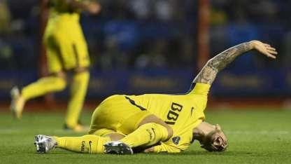 Benedetto yace en el piso con grandes muestras de dolor en su rodilla derecha.