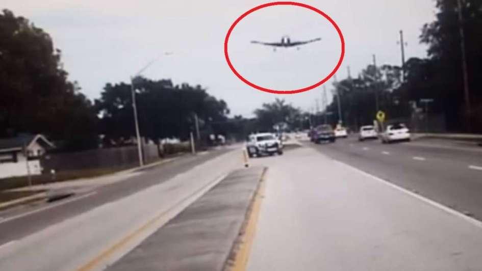 Avioneta pierde control y aterriza en autopista