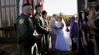 Evelia Reyes y Brian Houston durante su boda en