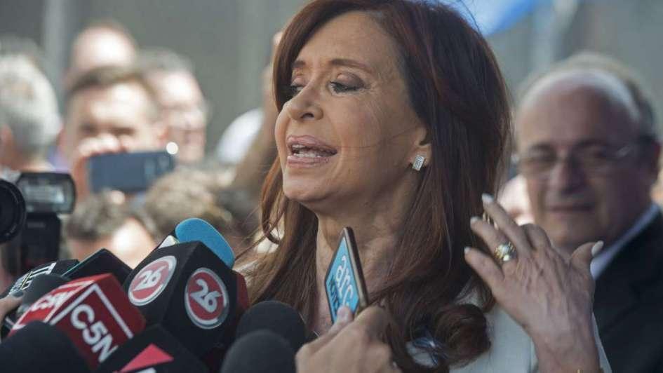 Ordenan al juez que defina si cita a CFK por lavado de dinero