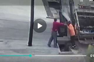 Captura del video donde se ve a los empleados in fraganti.