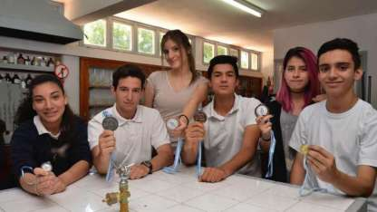Integrantes del grupo que representó a la escuela, al departamento y a la provincia, posan con sus logros obtenidos.