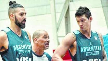 El capitán Scola, el DT Hernández y el mendocino Matías Sandes.