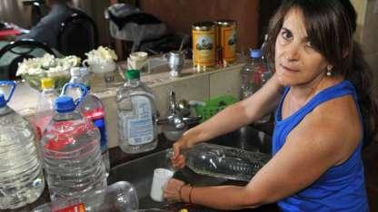 Vecinos deben juntar agua o comprar bidones.