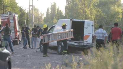 Peritos y bomberos trabajaron para retirar el cadáver.