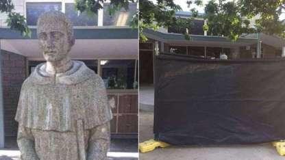 Las autoridades de la escuela debieron cubrir la estatua con tela negra.