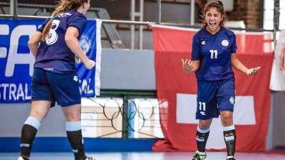 Uno de los siete festejos de las chicas en la goleada por 7 a 0 ante Suiza.