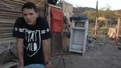 Antes Bruno Gutiérrez colocaba parquet, hoy sobrevive como cuidacoches.