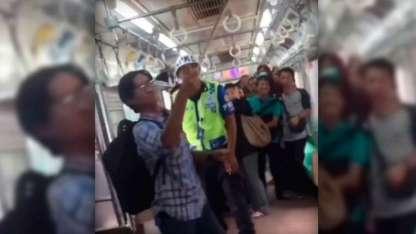 El hombre no dudo en matar al animal ante la mirada atenta de todo el vagón.