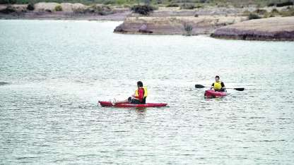 Una variada actividad deportiva y recreativa practican muchos paceños y vecinos de San Luis en las grandes lagunas.