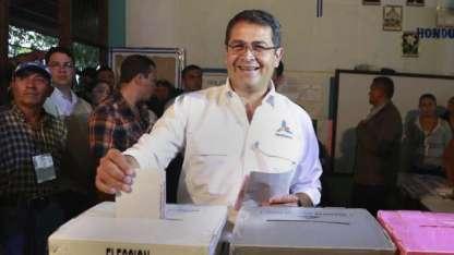 El presidente Juan Orlando Hernández votó ayer.