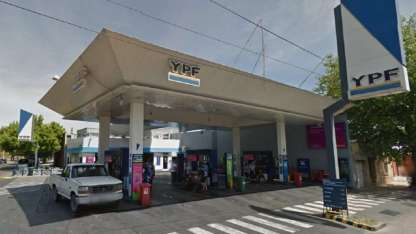 La estación está ubicada en la intersección de calle Roca y Doctor Moreno de Las Heras.