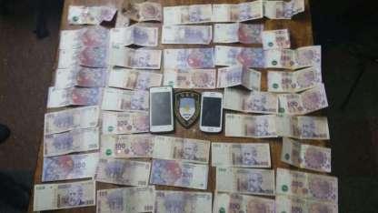 En el lugar hallaron una bolsa con dinero, celulares y una pc.