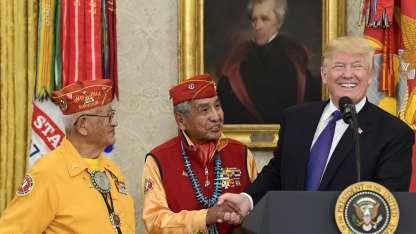 Presidente Donald Trump durante la condecoración a los veteranos navajos.