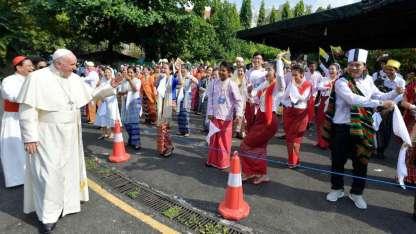 El papa Francisco saludó a un grupo de bailarinas con trajes típicos a su llegada al Aeropuerto Internacional de Yangon.