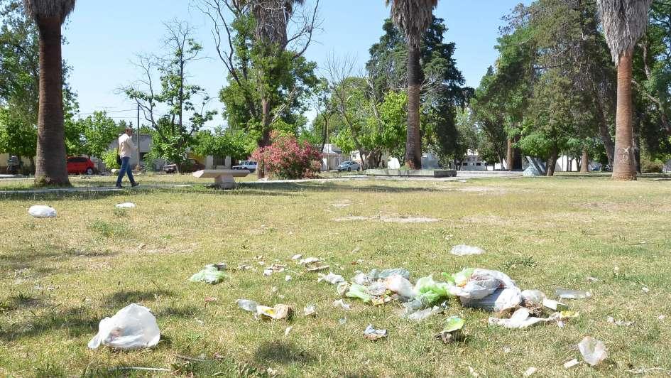 Vecinos se quejan por la falta de limpieza en la plaza Castro Toro en San Rafael