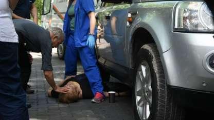La mujer quedó tendida bajo la camioneta.