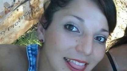 La joven de 22 años es buscada junto a sus tres hijas