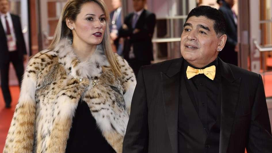 Maradona llegó a la ceremonia en Moscú y sorprendió con su look