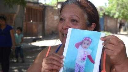 Silvia Calderón -tía abuela- de Caterina muestra una foto de la pequeña | Marcelo Rolland / Los Andes