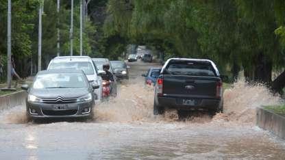 En Carrodilla y Chacras, algunas arterias fueron ríos de agua en las pasadas tormentas.