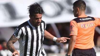 Cucchi festeja el primer gol de Gimnasia que ganó y sigue como cómodo líder de la zona.