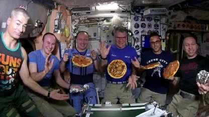 Los astronautas disfrutaron una noche de pizzas en el espacio