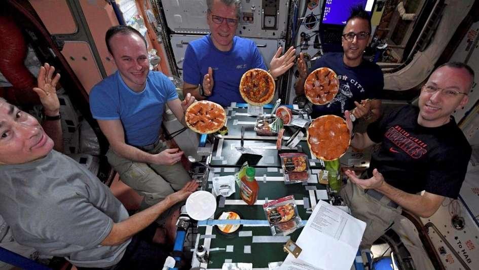 Video increíble un grupo de astronautas se animó a preparar pizzas en el espacio