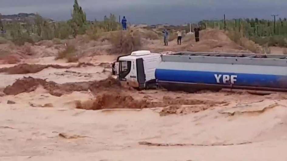 Un camión petrolero, atrapado en un alud — Terror en Neuquén