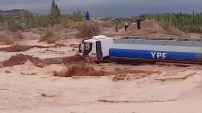 El camión quedó atrapado en el caudal de agua y barro en la ruta 7, en Neuquén