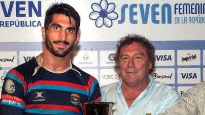 Fausto Fortunato, capitán del equipo en 2016, recibe la copa.