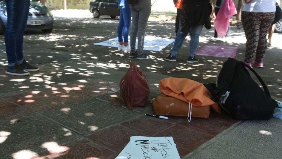 Estudiantes cortaron calle en apoyo al director denunciado por haber pileteado con alumnas