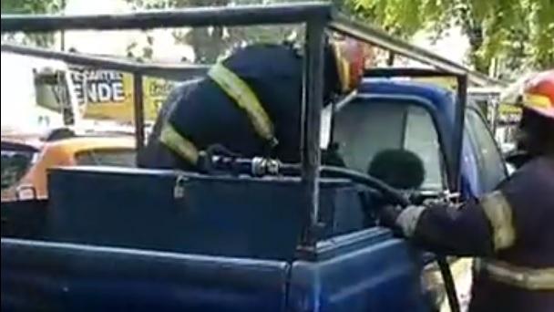 Incendio en el interior de una camioneta en plena plaza Independencia: el video