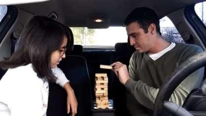 En el video se puede ver a padre e hija realizando distintos juegos mientras esperan el verde.