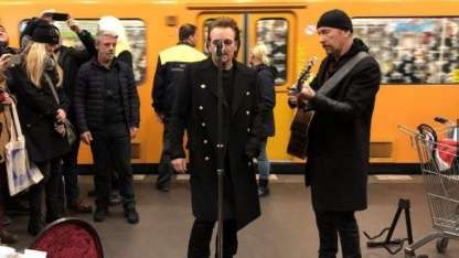 """U2 sorprendió y cantó """"a la gorra"""" en el subte"""