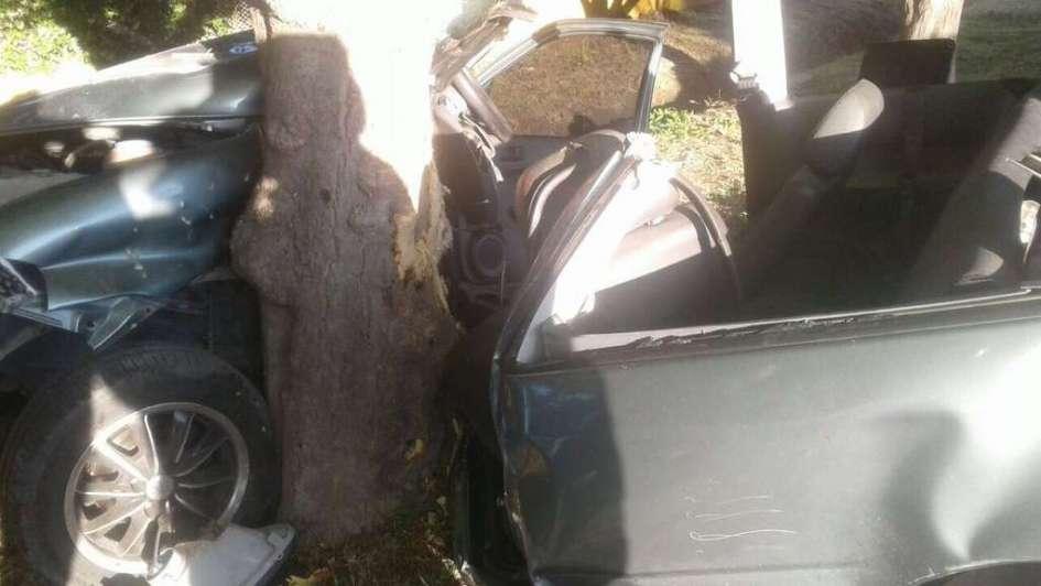 Se estrelló contra un árbol y tuvo que se rescatado por bomberos en San Rafael