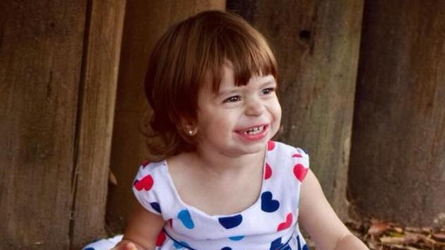 Delfina tiene 2 años y espera un corazón por una enfermedad por la que ya murió su hermana