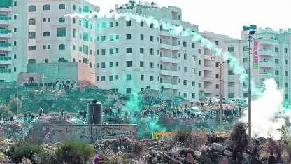 Policías israelíes lanzan bombas de humo y lacrimógenas en la convulsionada ciudad de Ramalá, zona palestina.