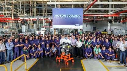 El motor rodeado por directivos y personal de la planta que Ford tiene en Pacheco.