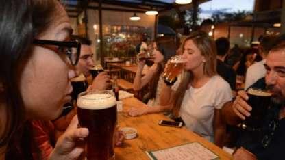 Los patios cerveceros, como Los Gulinis, han ido proliferando en la Juan B. Justo como opción joven y bohemia.