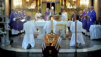 El obispo auxiliar Dante Braida encabezó la misa de exequias en la catedral de Loreto, donde descansarán los restos.