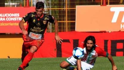 Agropecuario goleó a Boca Unidos y sigue a tiro.