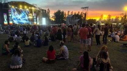 Anoche, grupos de jóvenes, adultos y familias esperaban la presentación de la banda mexicana Café Tacvba, que cerró la fiesta.