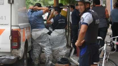 El edificio donde fue hallada la víctima se llenó de policías.