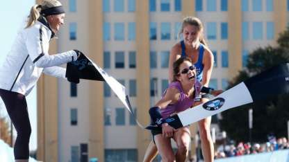 Ariana Luterman ayuda a Chandler Self a cruzar la línea y ganar la competencia.